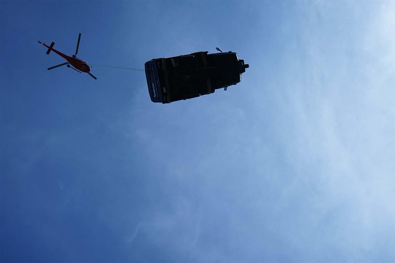 Helikopter transportiert Bühne